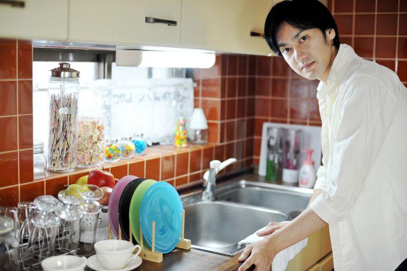 台所掃除する男性