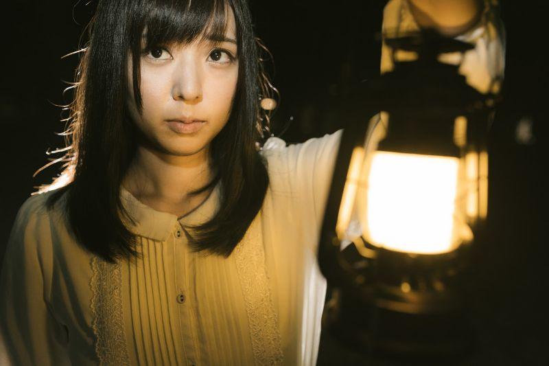 ランタンを使って辺りを照らす女性 ぱくたそフリー写真素材